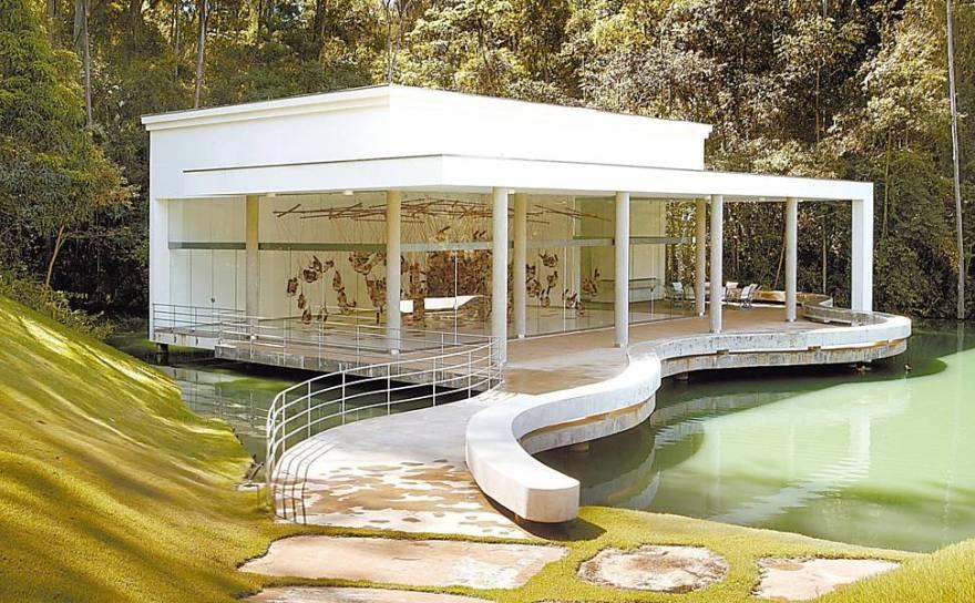 Pavilhão de exposição na margem de um dos lagos do centro de arte contemporânea do Instituto Inhotim, Belo Horizonte, Brasil. Instalação de Tunga.